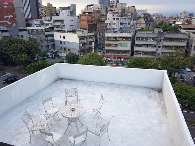 Large Double room with rooftop in Da'an