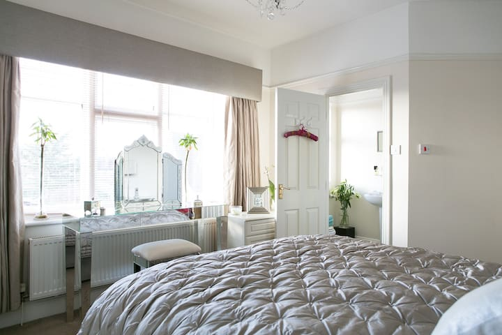 King Size Room Ensuite in Cosy Victorian House