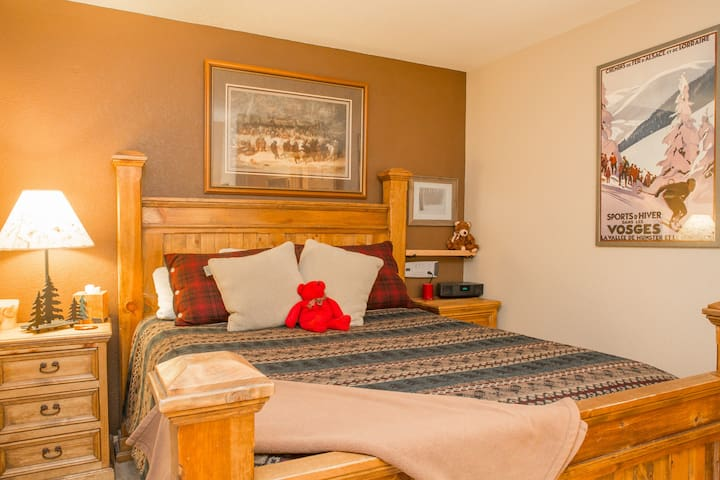Comfy mountain suite near world class skiing