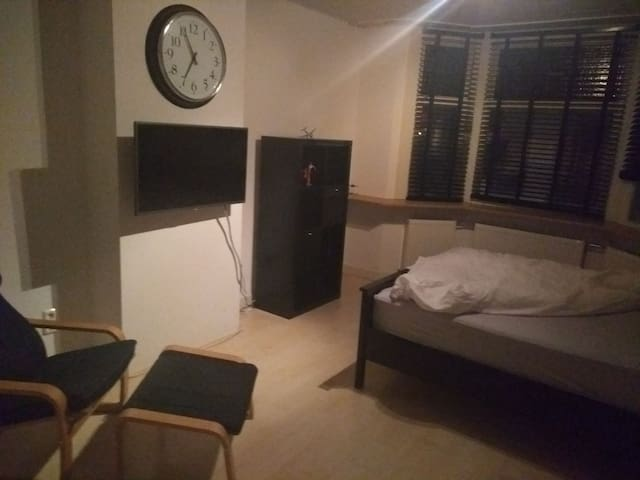 Large room 10-15min from the city or beach