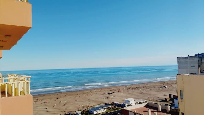 Hermoso monoambiente frente al mar.
