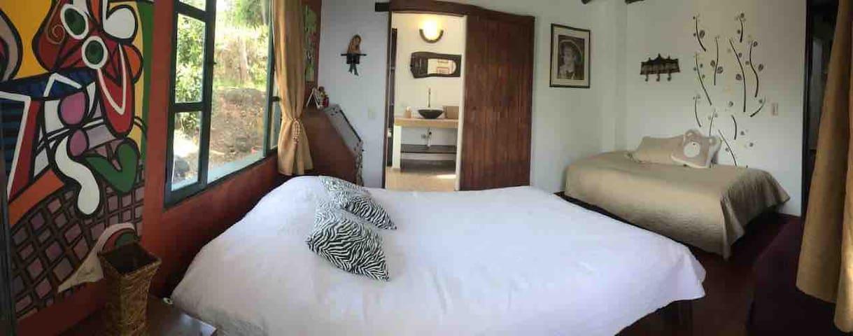 Habitación co cama doble y sencilla . Baño privado