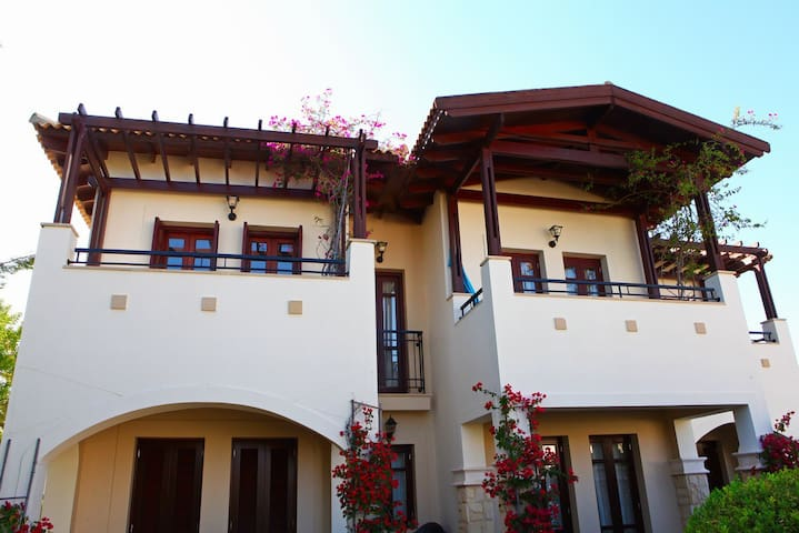 Aphrodite Hills large 3 Bed Apt in Great Location