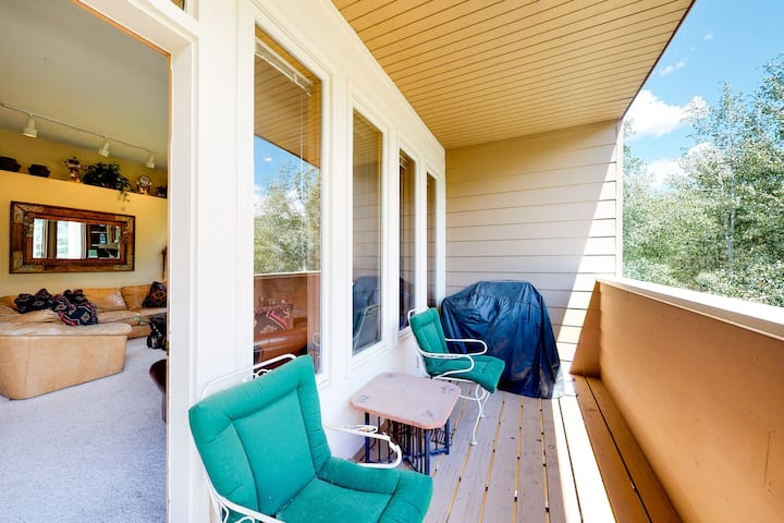 Charming condo w/ private balcony, grill, shared pool, & hot tub - walk to lifts