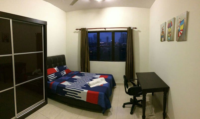 Exclusive Cozy Private Room Near MRT & Airport Bus - Petaling Jaya - Condominium