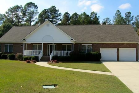 Home near Bragg, with plenty of space to relax. - Fayetteville - Casa