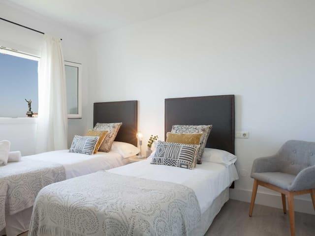 Guest room, 2 twin beds 90 x 200cm.