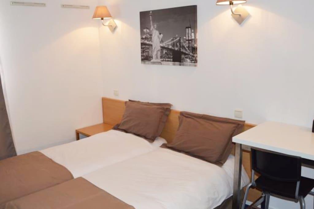2 lits simples, bureaux, 2 chaises
