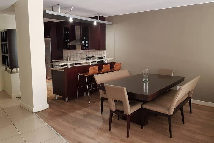 Luxury 2 Bedroom Apartment w/balcony In Sandton