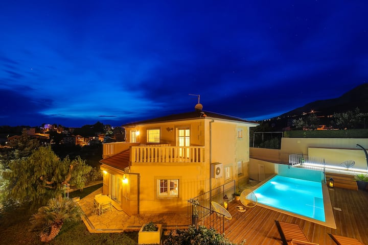 Villa Artea, luxurious villa with a heated pool
