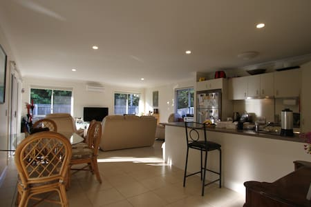 Spacious 2 bedroom home near Nambour Hospital. - Nambour - Σπίτι