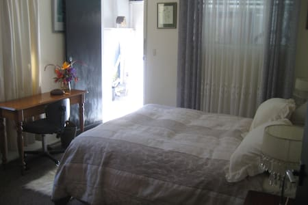 Hamilton. Lovely room, comfy bed & private access.