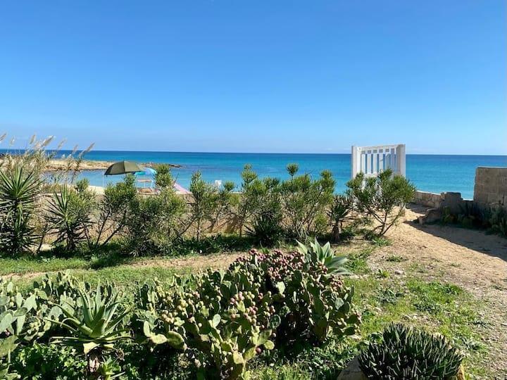 Noto S. Lorenzo . Casa in riva al mare.