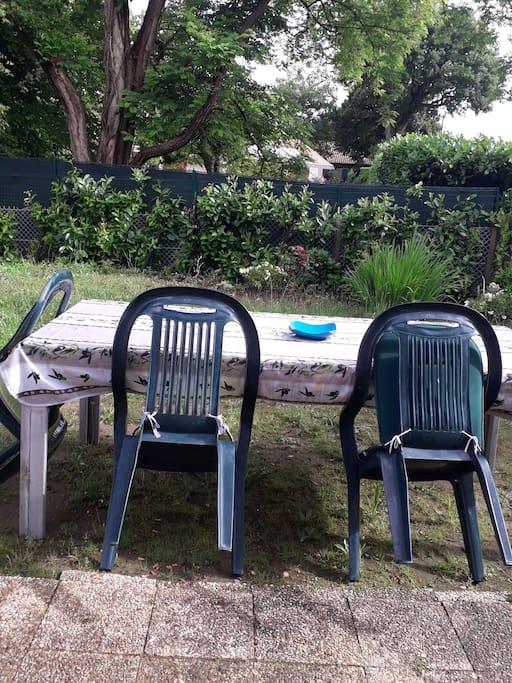 Dejeuner et diner dans le jardin