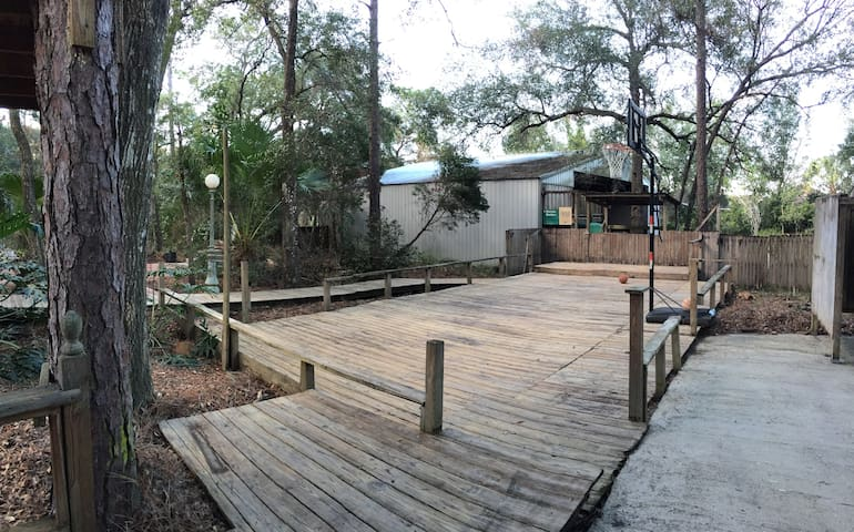 A SUITE RETREAT IN THE WOODS(King size w/ bunkbed) - DeLand - Haus