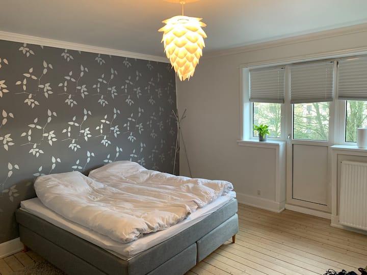 Stort og lyst værelse med altan og delt køkken/bad