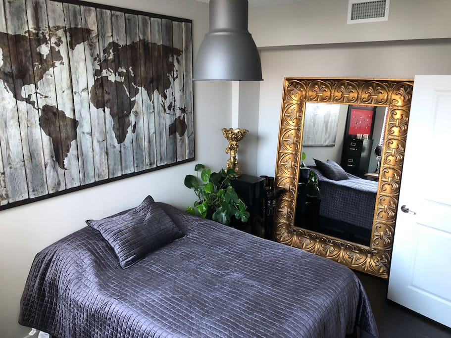 Guess room - Full size bed - giant mirror - Desk