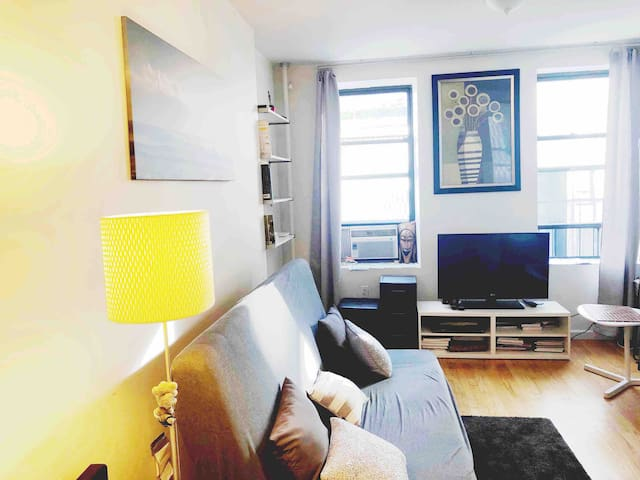 1 bedroom Apt 1 minute from the subway!