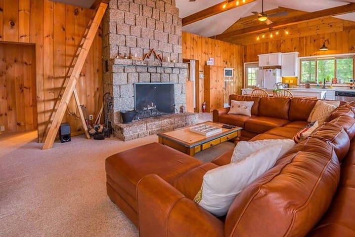 Hot Tub, Huge Fireplace, Dog Friendly Home on Ossipee Lake
