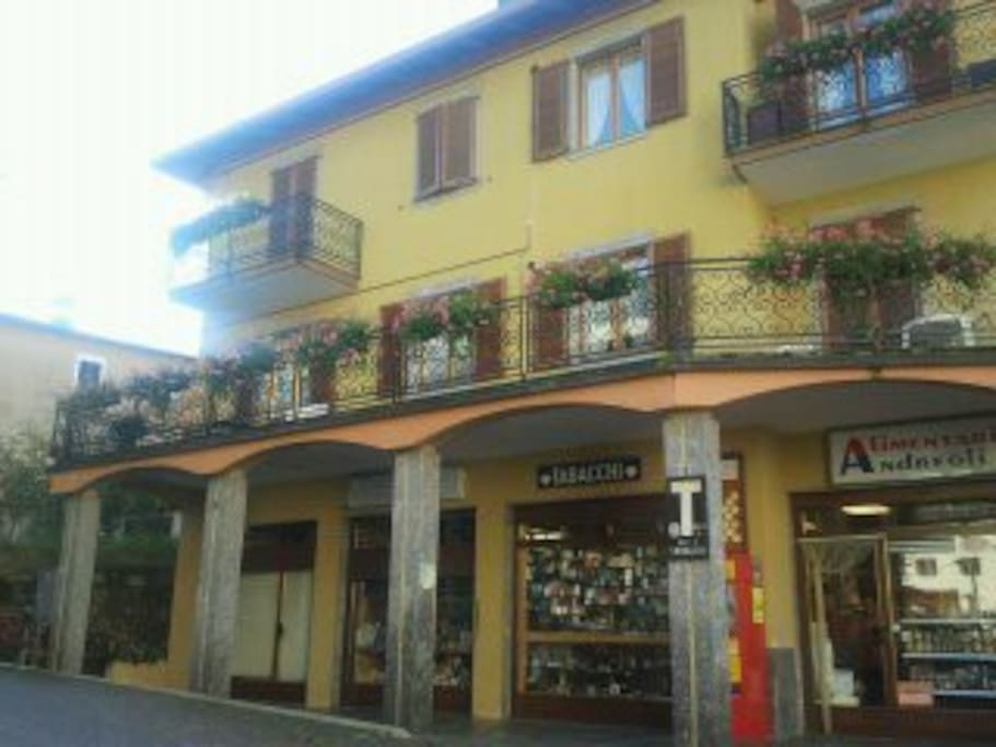 l'appartamento è il primo a sinistra sopra il porticato con l'ampio balcone che da sulla piazza del paese