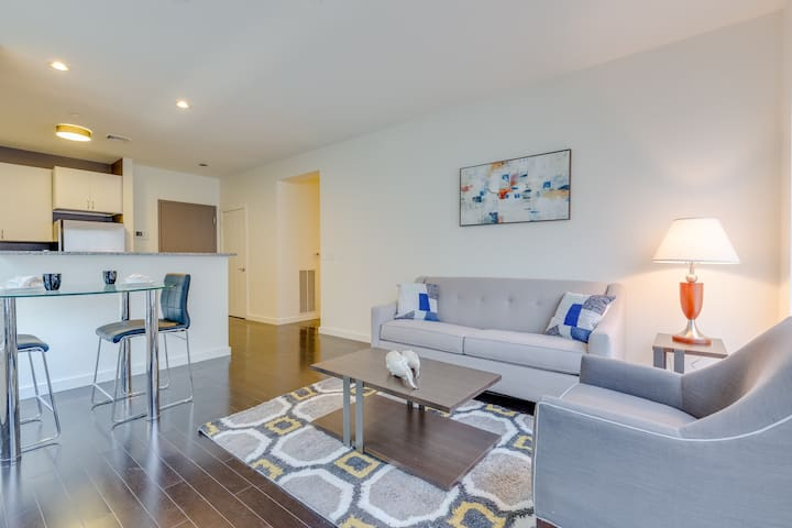Bright 1 Bed w/ Free Parking Just Outside Downtown
