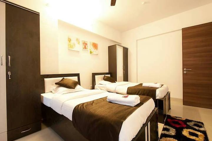 Spacious pvt Room for 1-3 guests comfy @Kurla BKC