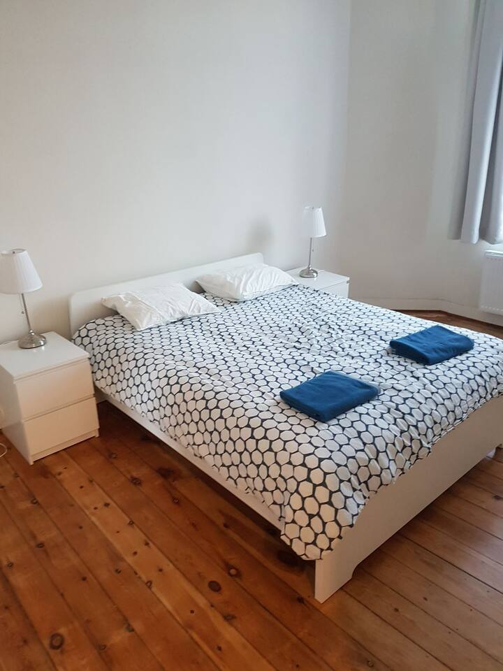 Nice room 6 mins walk from midi station.