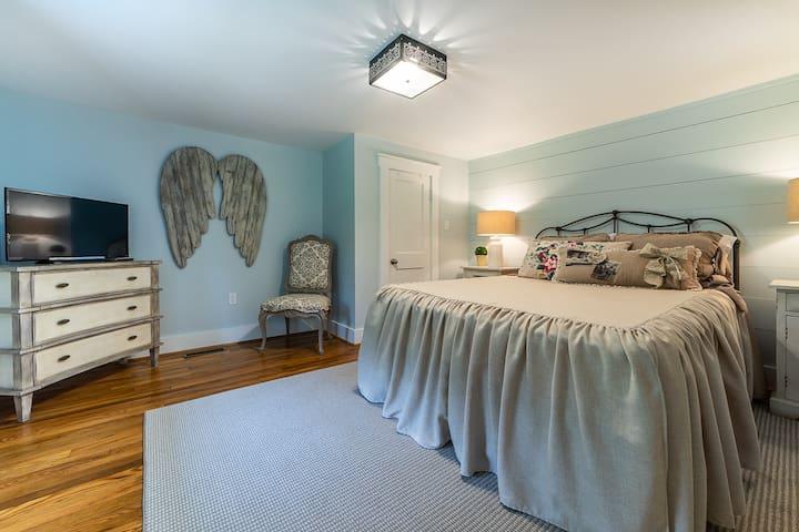 Downstairs Bedroom/ Queen