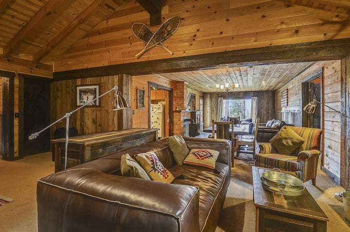 Belle's Bungalow- Dog Friendly, Hot Tub, Lakeview
