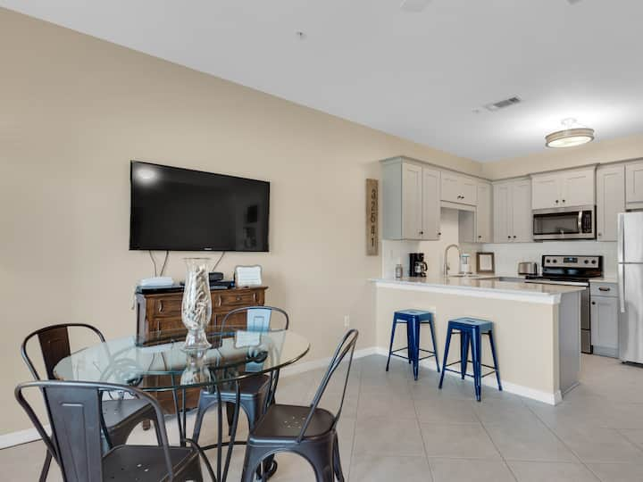 Fully Updated Condo, Steps to the Beach, Pool & Hot Tub