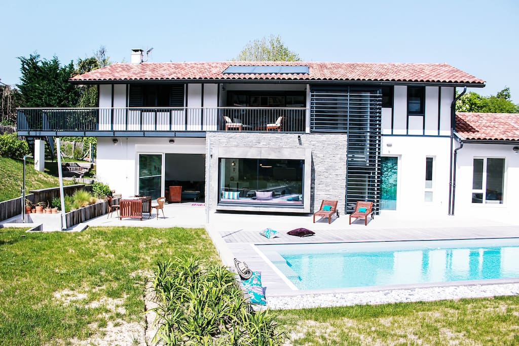 Villa avec terrasse & piscine // villa with terrace and swimming pool