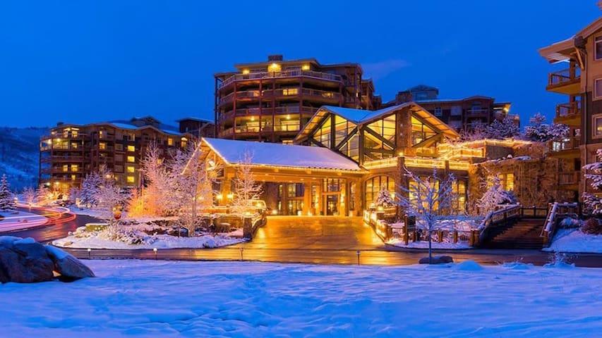 Luxury Studio! Steps from Canyons Gondola Ski I/O