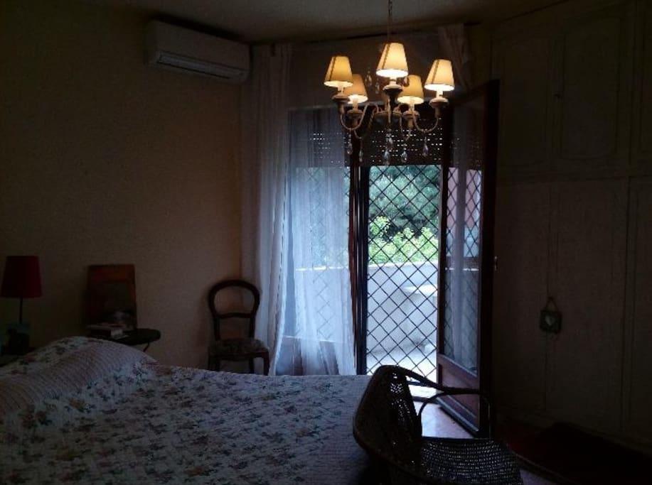 camera matrimoniale con armadi e tivu. porta-finestra sulla veranda