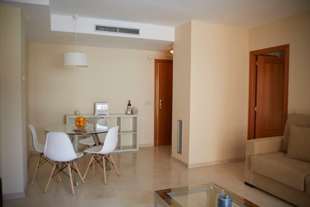 Confortable salón comedor equipado con TV HD. Confortable living room with HD TV equipped.