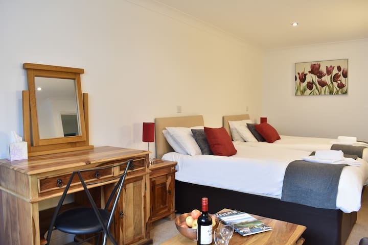 Cosy twin suite at the Rock and Fountain lodges with great transport links to Newport, Cardiff and C