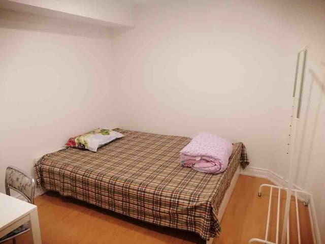 Cozy BR W/ Private Parking, fast WIFI