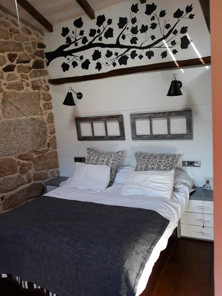 Casa rústica de madera y piedra acojedora.