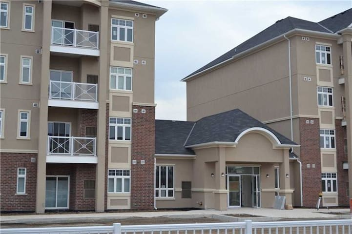 Brand New Condo One Bedroom Plus Den - Milton - Apartament