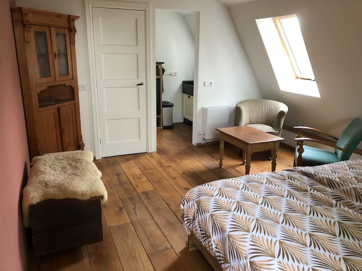 Studio 'noord', met kitchenette en badkamer
