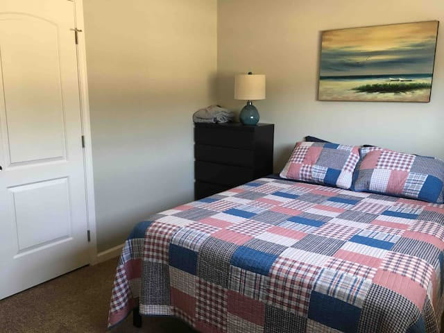 Cozy room 2 1/2 miles to beach and downtown