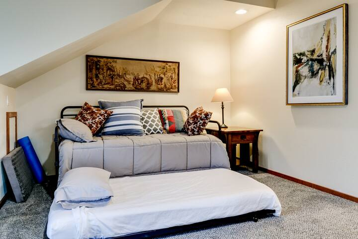 This is the trundle bed. Airbnb lists it as a bunk bed.