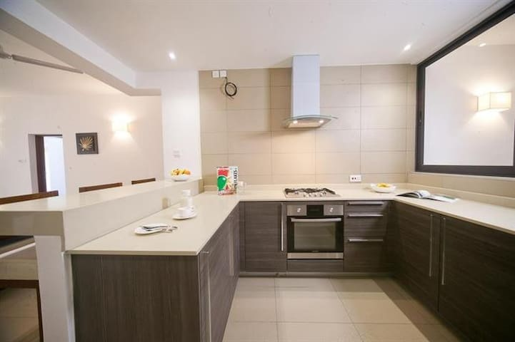 Fitted Kitchen ,clean with running fresh water .