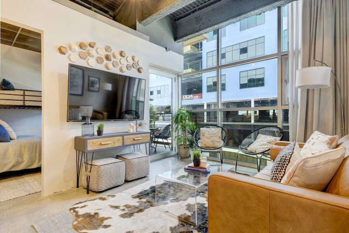 Delightful + Exquisite Loft on 6th Street - Walk Downtown
