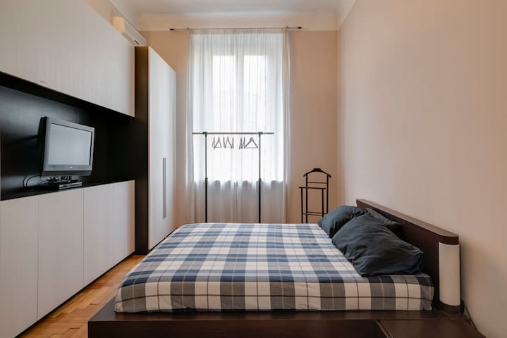 Bedroom and hangers at your disposal. Air conditioning in the room
