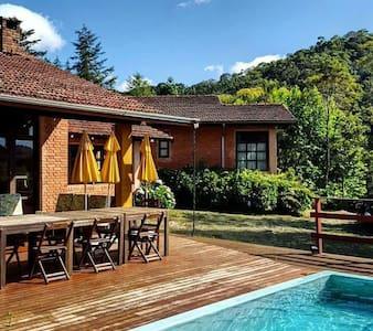 Linda casa de campo com piscina