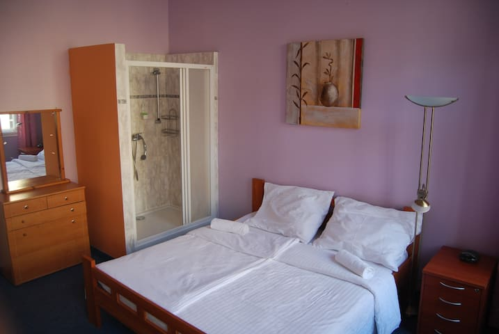 DBL bed, breakfast, 5min to centre