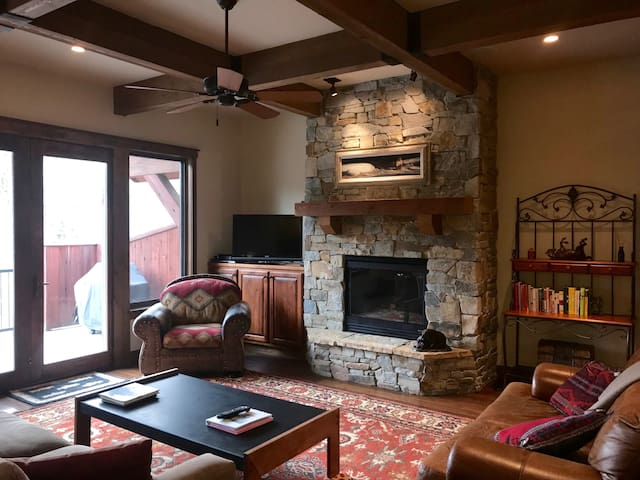 Luxury Large 1 Bedroom Condo in Downtown Bigfork