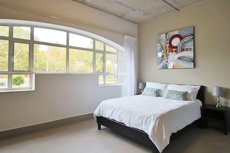 Modern Studio in vibrant JHB neighbourhood - Йоханнесбург - Квартира