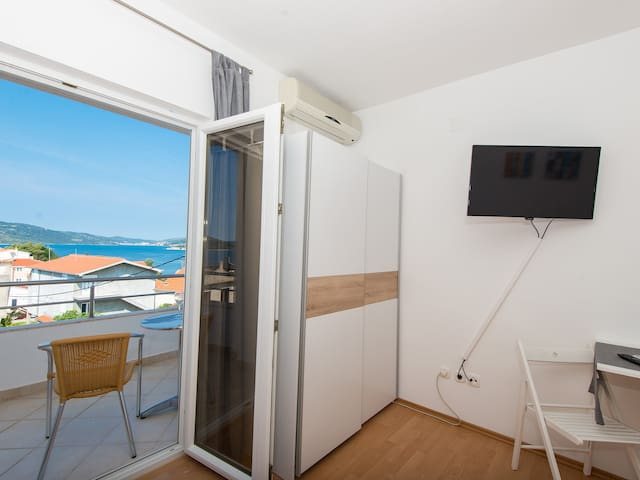 Sea view studio apartment Seget, 2 people, balcony