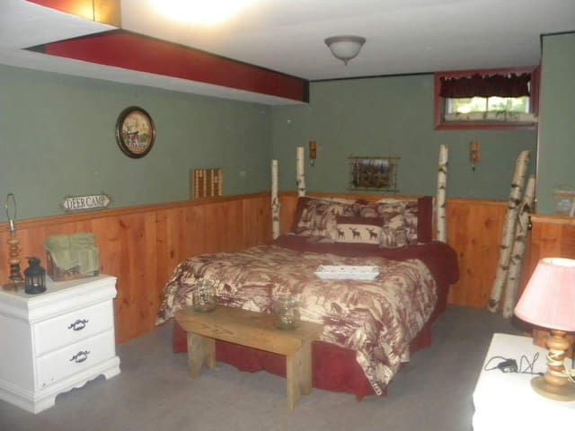 Cozy homey bedroom  family room, private bath - Danbury - Hus